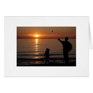 El desnatar de la puesta del sol tarjeta de felicitación