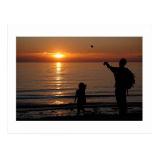 El desnatar de la puesta del sol tarjetas postales