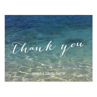 El destino azul de la playa del océano le agradece postal