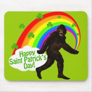 El día Bigfoot de St Patrick Mouse Pads