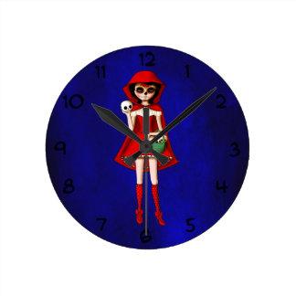El día de la capa con capucha roja muerta reloj redondo mediano