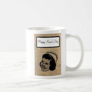 El día de la enfermera feliz con la enfermera que  taza de café