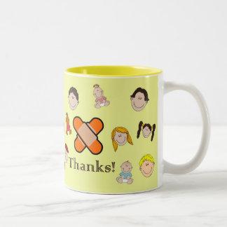 El día de la enfermera feliz con los niños que dic taza de café