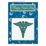 El día de la enfermera feliz con símbolo médico de felicitaciones