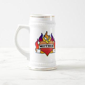 El día de madre del tatuaje del corazón de la jarra de cerveza