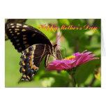 El día de madre feliz, amigo, mariposa en la flor felicitación