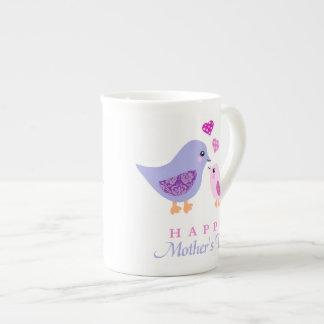 El día de madre lindo de los pájaros de la madre y taza de porcelana