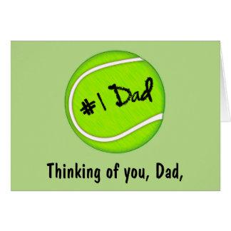 El día de padre feliz con la pelota de tenis tarjeta de felicitación