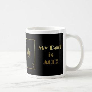 El día de padre feliz con negro y oro de la taza