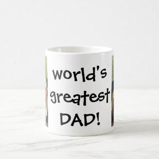 ¡El día de padre feliz! Papá que cambia al bebé Taza Básica Blanca