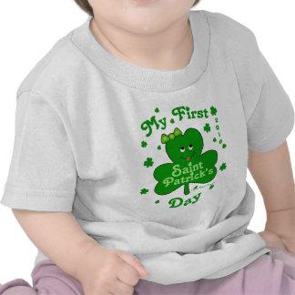 El día de primer St Patrick de la niña de encargo Camiseta