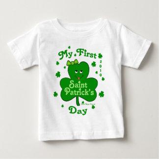 El día de primer St Patrick de la niña de encargo Playera