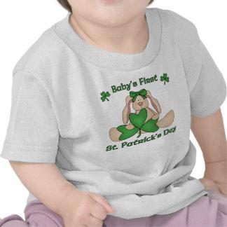 El día de primer St Patrick del bebé Camisetas