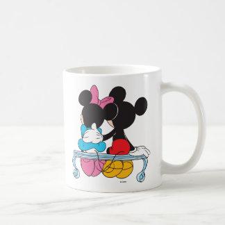 El día de San Valentín de Mickey y de Minnie Mouse Taza Clásica