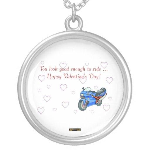 El día de San Valentín feliz con la moto para el m Joyeria