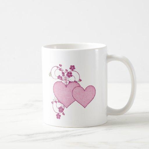 El día de San Valentín rosado doble del corazón y  Taza Básica Blanca
