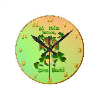 ¡El día de St Patrick feliz a usted! - Texto célti Reloj Redondo Mediano