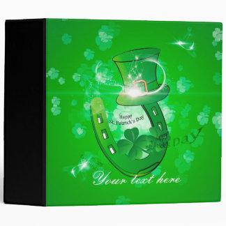 El día de St Patrick, gorra verde con la herradura
