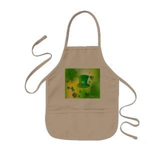 El día de St Patrick, gorra verde con la herradura Delantal