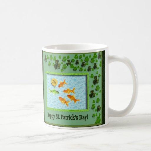 El día de St Patrick, humor del Goldfish Taza Clásica