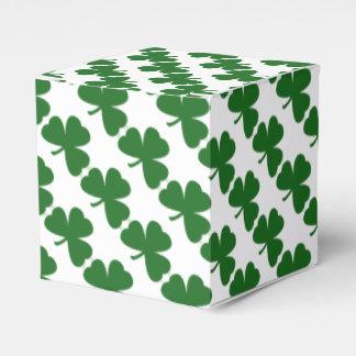 El día de St Patrick verde de los tréboles Cajas Para Regalos