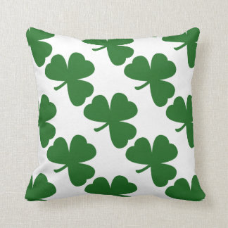 El día de St Patrick verde de los tréboles Cojín