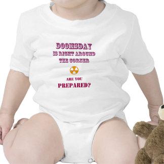 El día del juicio final correcto alrededor de la e traje de bebé