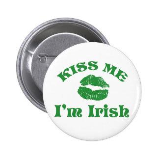 El día del St. Patty me besa que soy irlandés Pin Redondo De 2 Pulgadas
