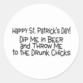 El día feliz del St Patricks sumerge me y polluelo Pegatina