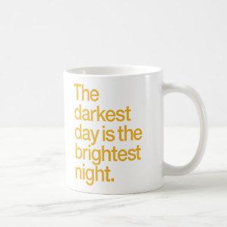 El día más oscuro es la noche más brillante taza clásica