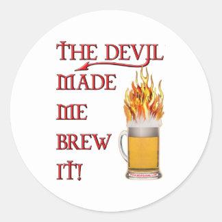 El diablo hizo que lo elabora cerveza - cerveza pegatina redonda