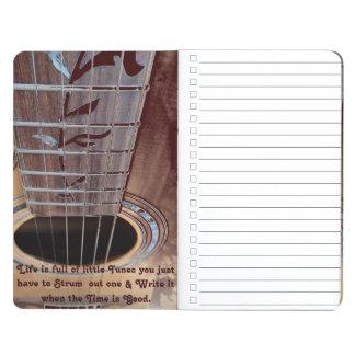 El diario de la guitarra acústica del marrón oscur cuaderno grapado