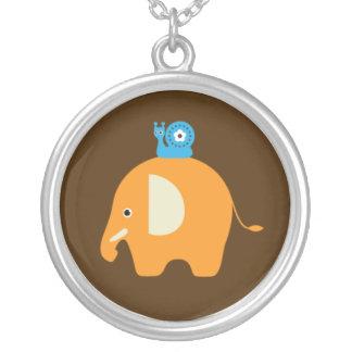 El dibujo animado del caracol del elefante embroma colgante redondo