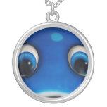 El dibujo animado feliz azul observa en el juguete collares