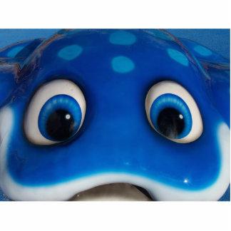 El dibujo animado feliz azul observa en el juguete escultura fotográfica