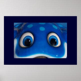 El dibujo animado feliz azul observa en el juguete poster