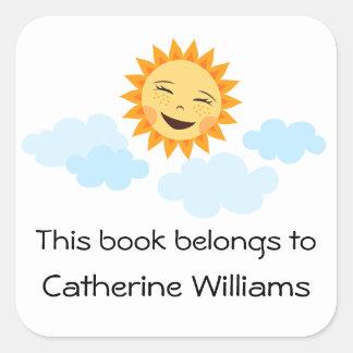 El dibujo animado feliz lindo del sol embroma a pegatina cuadrada