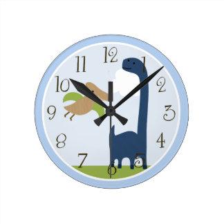 El dinosaurio adorable personalizado embroma el reloj redondo mediano