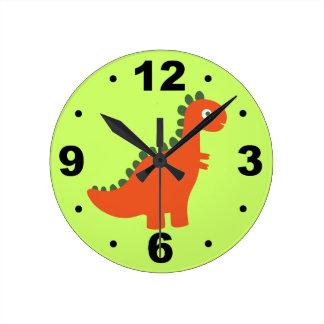 El dinosaurio anaranjado lindo embroma el reloj de
