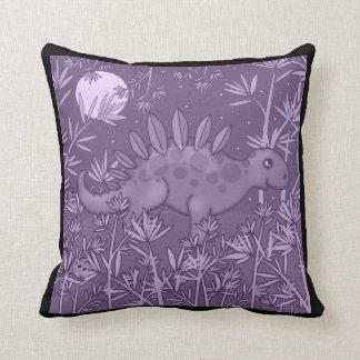 El dinosaurio púrpura embroma la almohada de tiro