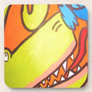 El dinosaurio verde está después del pájaro azul posavasos de bebida