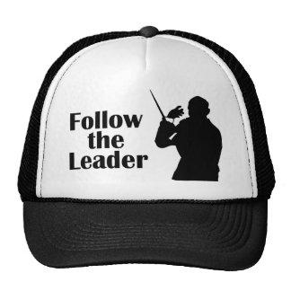 El director musical sigue al líder gorras