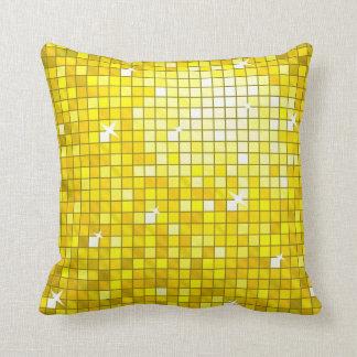 El disco teja el cuadrado amarillo de la almohada