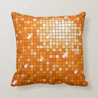 El disco teja el cuadrado anaranjado de la almohada