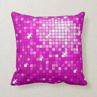 El disco teja el cuadrado rosado de la almohada de