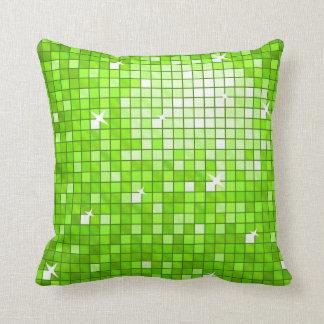 El disco teja el cuadrado verde de la almohada de