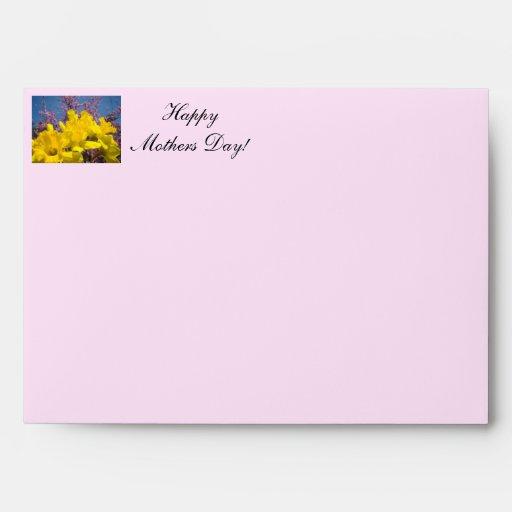El diseñador de encargo envuelve las tarjetas del  sobres