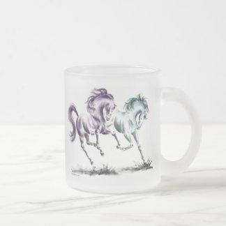 El divertirse compitiendo con caballos salvajes taza cristal mate