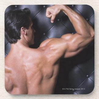 El doblar muscular del hombre posavasos