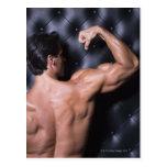 El doblar muscular del hombre postal